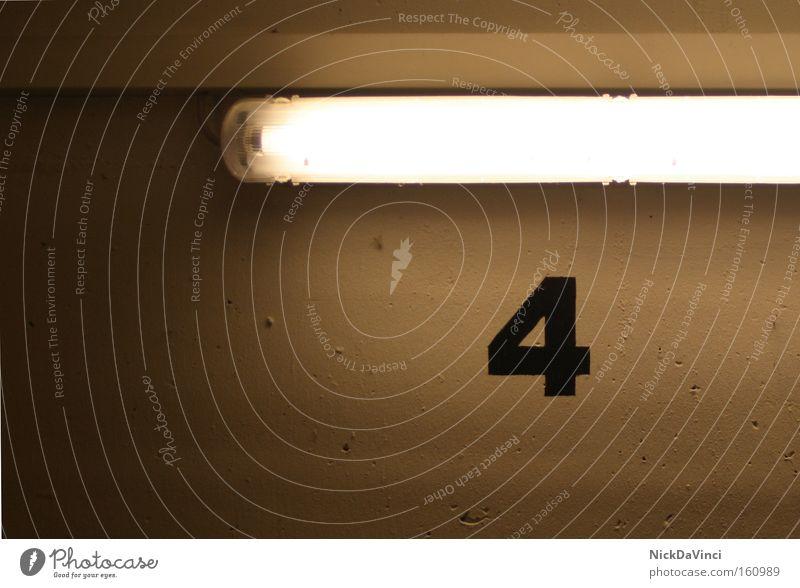 / 4 Ziffern & Zahlen zählen Anordnung schwarz Zettel Typographie rechnen Lampe Leuchtstoffröhre Beleuchtung dunkel hell Beschriftung Beton Wand Keller Industrie