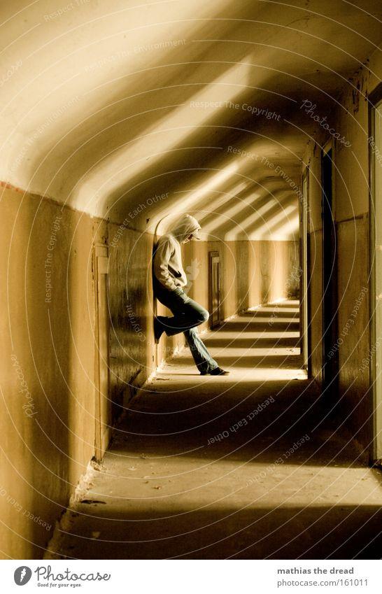 DER MANN IM GANG Mensch Mann Einsamkeit dunkel Traurigkeit warten Architektur Tür Trauer stehen verfallen Verzweiflung Ruine Flur Gang