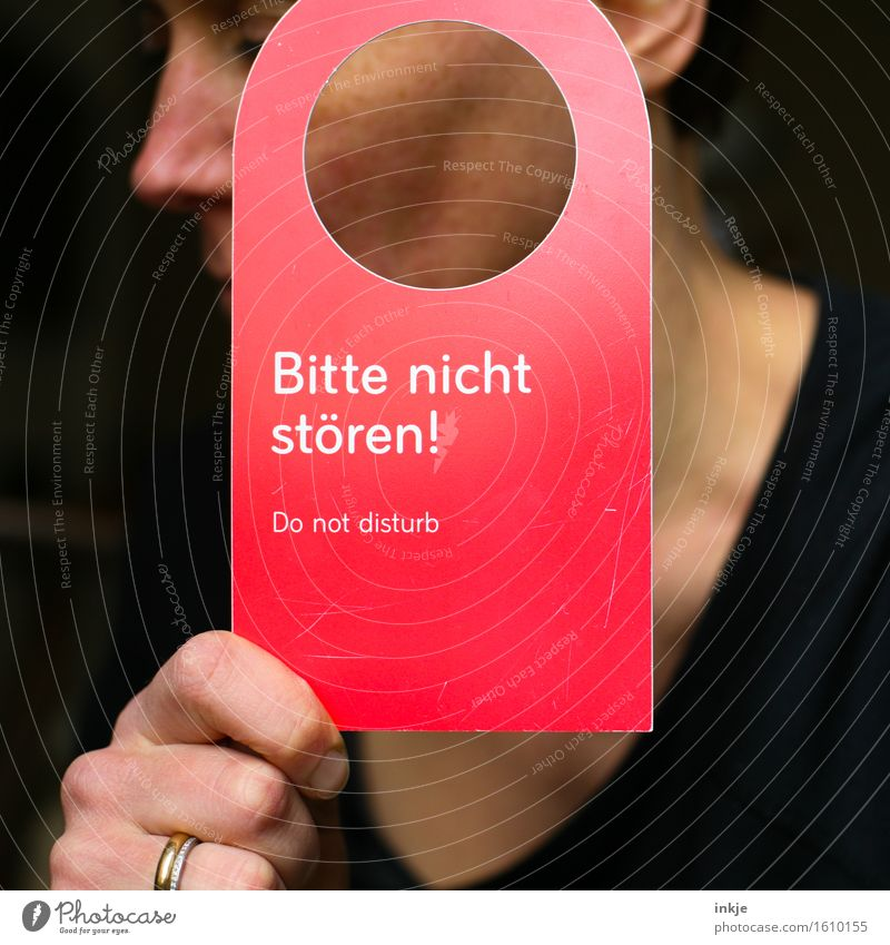 Do not disturb Mensch Frau Erholung ruhig Erwachsene Leben Schilder & Markierungen Schriftzeichen Kommunizieren Hinweisschild Zeichen Wunsch zeigen