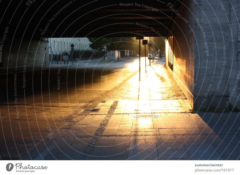 glowing footpath Sonnenuntergang Abenddämmerung Unterführung Brücke Berlin Stadt Natur Sommer Wärme Bürgersteig Straße Kopfsteinpflaster Straßennamenschild