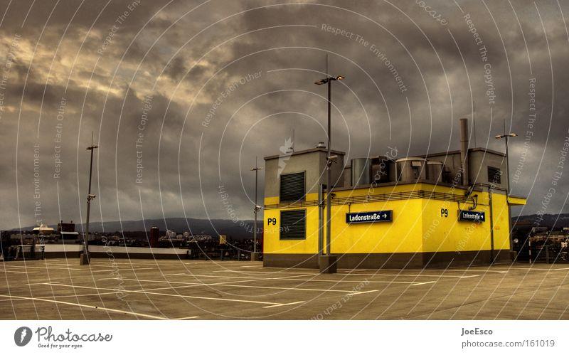 apokalypse am nachmittag Stadt Wolken Haus Ferne gelb Gefühle Stil Architektur Gebäude Stimmung Beton bedrohlich außergewöhnlich fantastisch Bauwerk Sturm