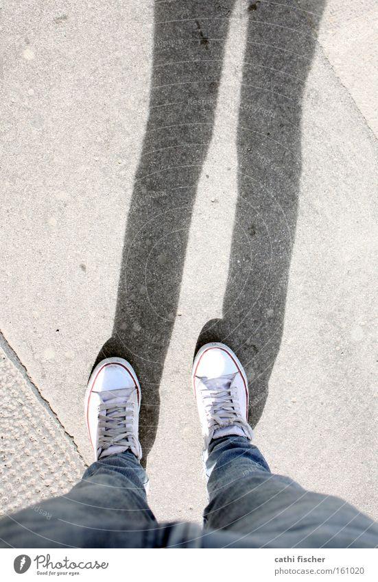 meine schuhe Fuß Beine Jeanshose Jeansstoff Chucks stehen Schatten Bodenbelag Schuhe Hose Straße Langeweile warten Bürgersteig Schönes Wetter weiß Perspektive
