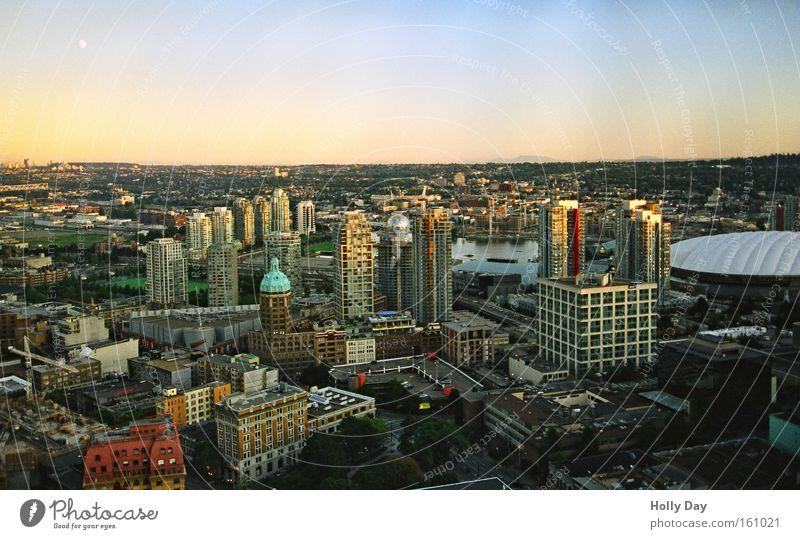 Mond über Vancouver Kanada Stadt Hochhaus Himmel Skyline Stadtzentrum Schönes Wetter Farbe Hafenstadt Sonnenuntergang Wolkenloser Himmel Klarer Himmel