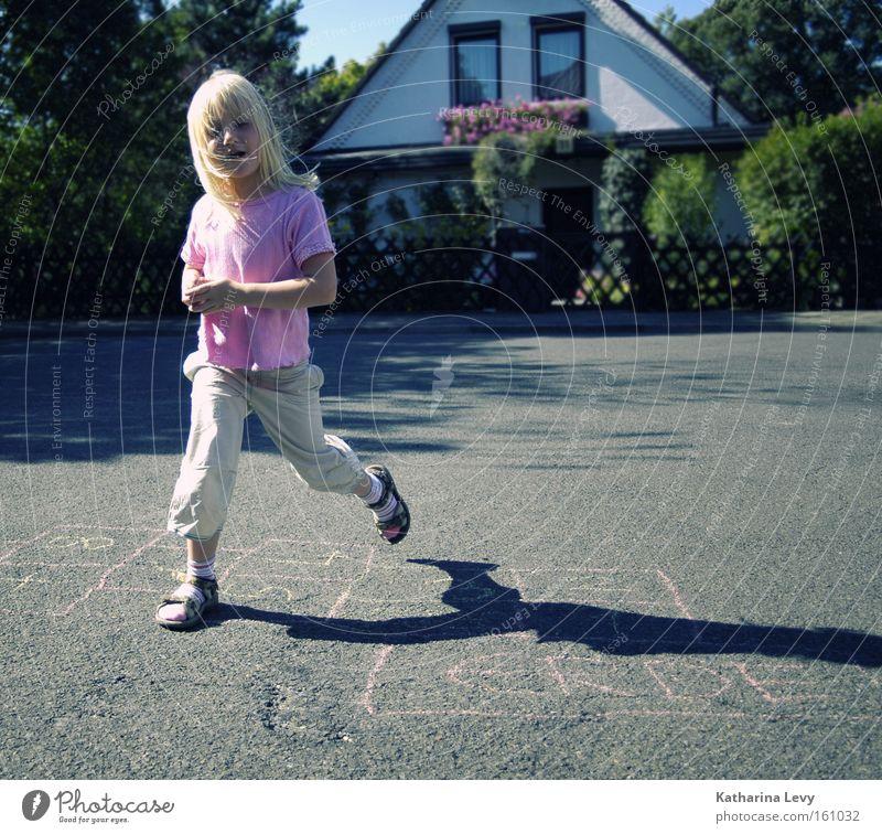 klassiker Mensch Kind Sommer Freude Straße Spielen Bewegung springen Kindheit blond laufen Fröhlichkeit Kreativität Schönes Wetter Fitness Gelassenheit