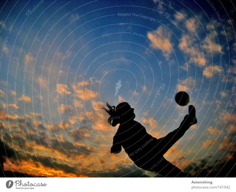 Fallrückzieher Fußball Sport Himmel Abend Bewegung Ball Wolken Sonnenstrahlen Mensch fallen Stimmung Kontrast Schatten Spielen