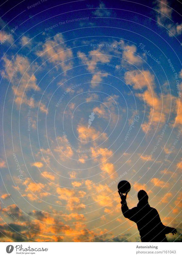 The wohle world in his hand! Mensch Himmel Hand Wolken dunkel Sport Spielen Erde Stimmung Ball Planet