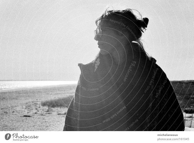 sonne, sommer, sorgen. Sommer Sonne Strand Sorge kümmern Jugendliche Schwarzweißfoto Glück Freude Zopf Brille Mantel Licht Freiheit schön