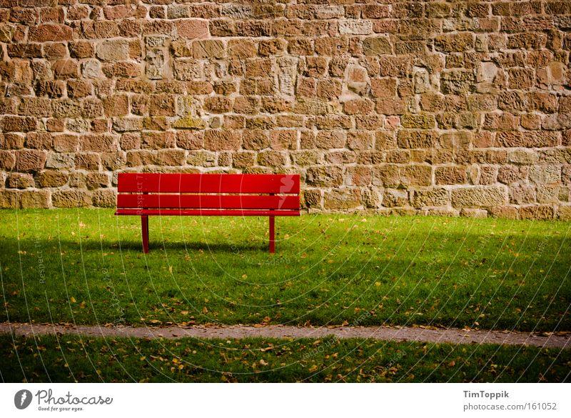 Bad Bank rot Sommer ruhig Einsamkeit Erholung Garten Mauer Park Rasen Pause Bank Kapitalwirtschaft Finanzkrise
