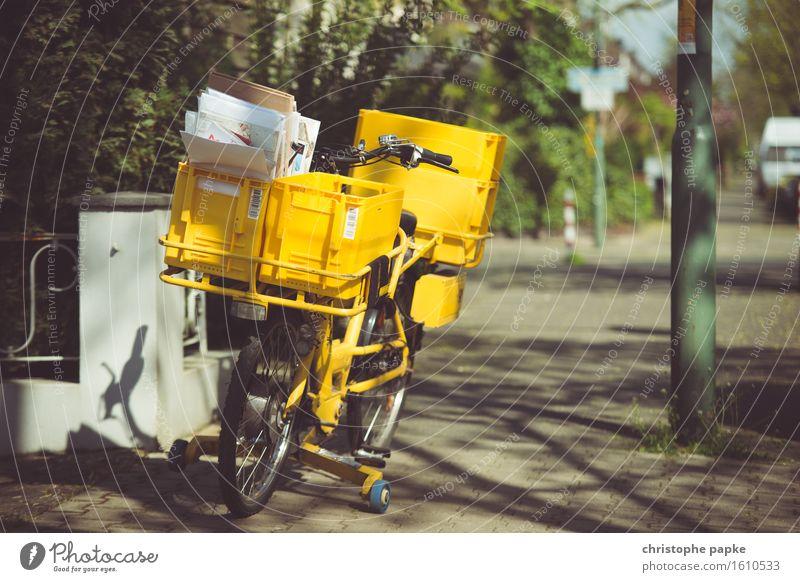 Wenn der Postbote zweimal ... Güterverkehr & Logistik Stadt Fahrradfahren gelb Bürgersteig Versand Versandhandel Brief Farbfoto Außenaufnahme Menschenleer Tag