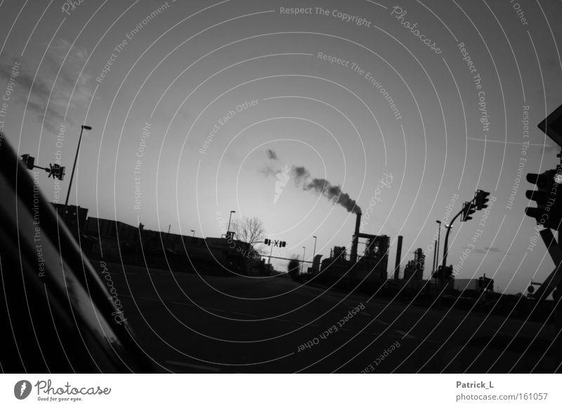 smoky intersection Industrielandschaft schwarz weiß Umwelt Straße KFZ Deutschland Abgas Produktion Infrastruktur Schwarzweißfoto PKW Alltagsfotografie