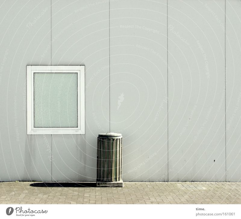 Die Sonne scheint für jeden von uns Detailaufnahme Schatten Dienstleistungsgewerbe Fenster Wahrzeichen Denkmal trist grau Einsamkeit Müllbehälter Fass Holzbrett