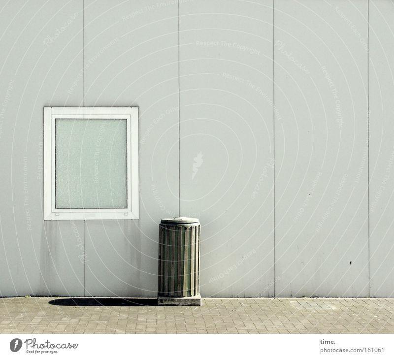 Die Sonne scheint für jeden von uns Einsamkeit Fenster grau trist Müll Dienstleistungsgewerbe Denkmal Kopfsteinpflaster Holzbrett Wahrzeichen Straßenbelag parallel Müllbehälter Fass Rastplatz