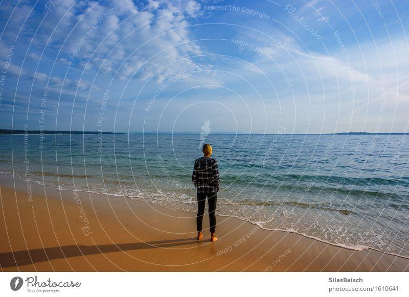 Erkunde mehr Mensch Natur Ferien & Urlaub & Reisen Jugendliche Sommer Junge Frau Meer Landschaft Einsamkeit Freude Ferne Strand Lifestyle Freiheit Tourismus
