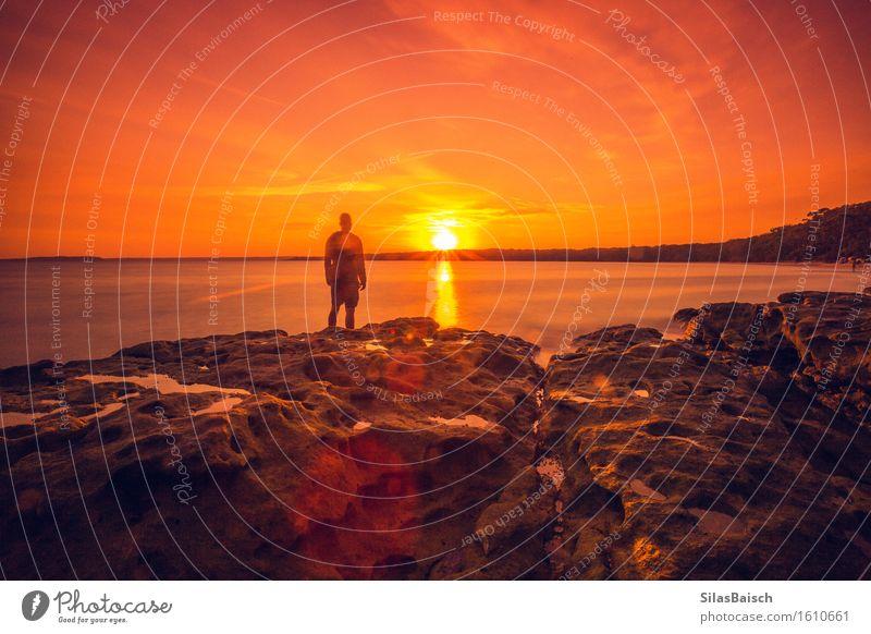 Dunstiger Sonnenaufgang Mensch Natur Ferien & Urlaub & Reisen Jugendliche Sommer Meer Junger Mann Landschaft Ferne Strand Lifestyle Freiheit Felsen Tourismus