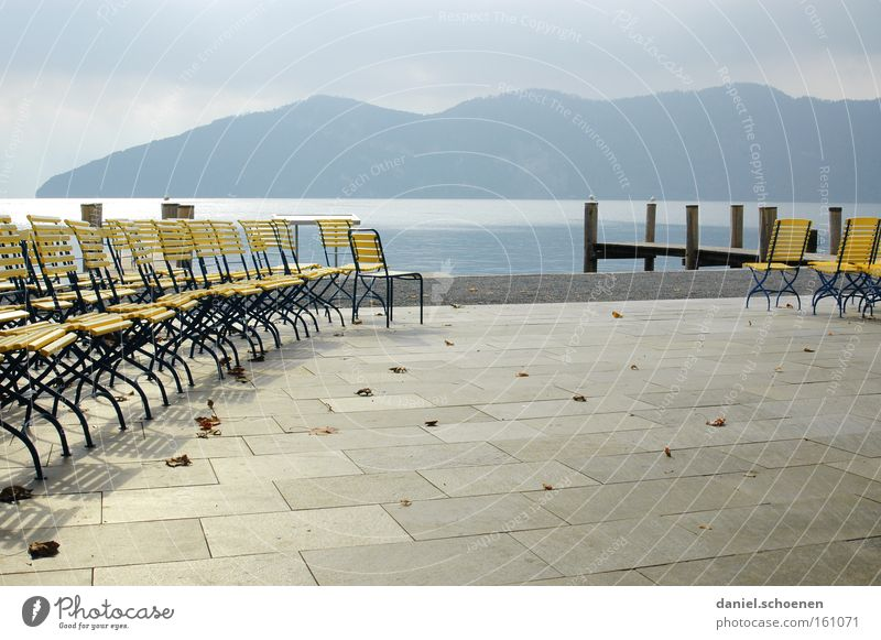 Vorsaison Herbst Stuhl ruhig Wasser Berge u. Gebirge Alpen Schatten Schweiz See Einsamkeit gelb blau grau verfallen