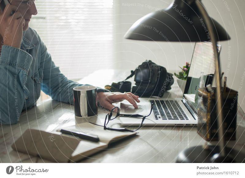 Homeoffice Mensch Frau Hand Erwachsene sprechen feminin Arbeit & Erwerbstätigkeit Büro Kommunizieren lernen Netzwerk Bildung Erwachsenenbildung Internet Student Netz