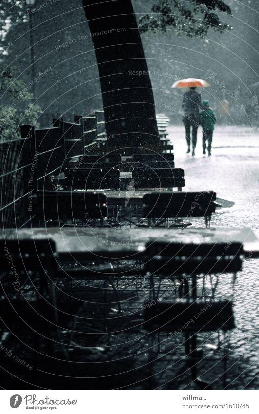 regenwetter Kind Frau Erwachsene 2 Mensch schlechtes Wetter Unwetter Regen Regenschirm nass ungemütlich Straßencafé Biergarten gehen eilen heimwärts Straßenrand