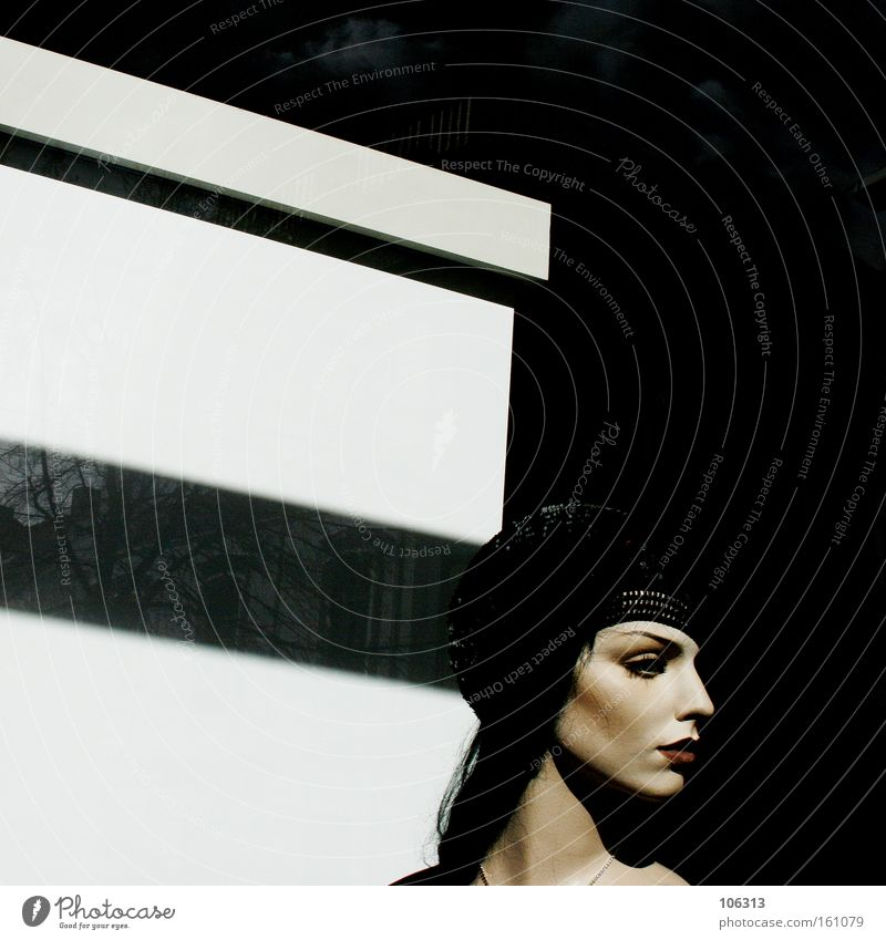 Fotonummer 115865 Rockabilly schwarz weiß Frau feminin Stil Blick bewegungslos Schaufenster Puppe Schaufensterpuppe falsch Tod Mensch Suche verloren Hoffnung