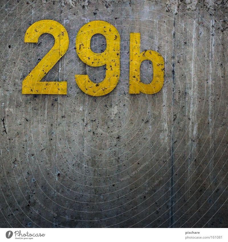 Kurz vor 30 Baustelle Mauer Wand Beton Ziffern & Zahlen gelb grau 20 9 Hausnummer Wohnsiedlung pischare Detailaufnahme