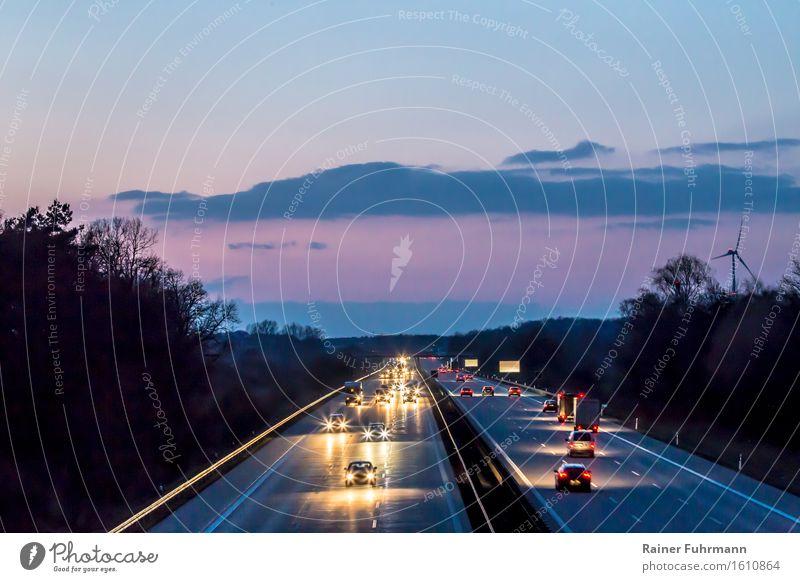 """Der """"Berliner Ring"""", die A10 bei Einbruch der Nacht Bewegung PKW Güterverkehr & Logistik fahren Verkehrswege Autobahn Autofahren Straßenverkehr"""
