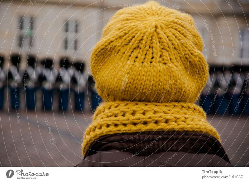 Mützentreff Wolle Baseballmütze Wollmütze Schal Hut Wachsoldat Wachwechsel Soldat Militär stricken häkeln Winter kalt marschieren Kopenhagen Dänemark Bekleidung
