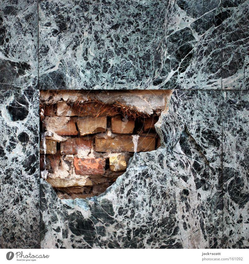 Mamor, Stein und Eisen bricht Architektur Wand Fassade Backstein alt eckig fest kaputt Stimmung Trägheit ästhetisch Ordnung Schwäche Marmor Fuge gebrochen Loch