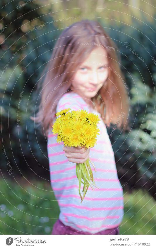 Flowers for you!   Mädchen mit Löwenzahn-Blumenstrauß feminin Kind Kindheit Jugendliche Leben 1 Mensch 8-13 Jahre blond langhaarig Lächeln Blick schön Glück
