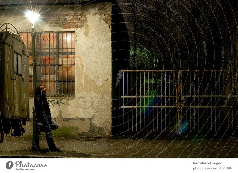 der sternenkucker Mann Blick Berlin Laterne Fassade verfallen Zaun Gitter Fenster KFZ Erholung Neukölln Himmelskörper & Weltall kucken PKW Zufriedenheit