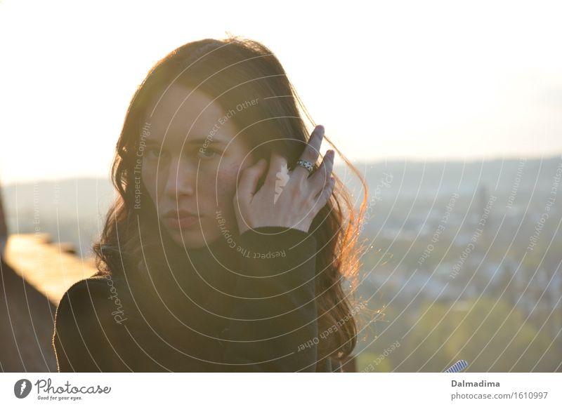 Luise feminin Junge Frau Jugendliche Erwachsene Haare & Frisuren Hand 1 Mensch 18-30 Jahre brünett langhaarig Scheitel streichen schön dünn Ring Blick ernst