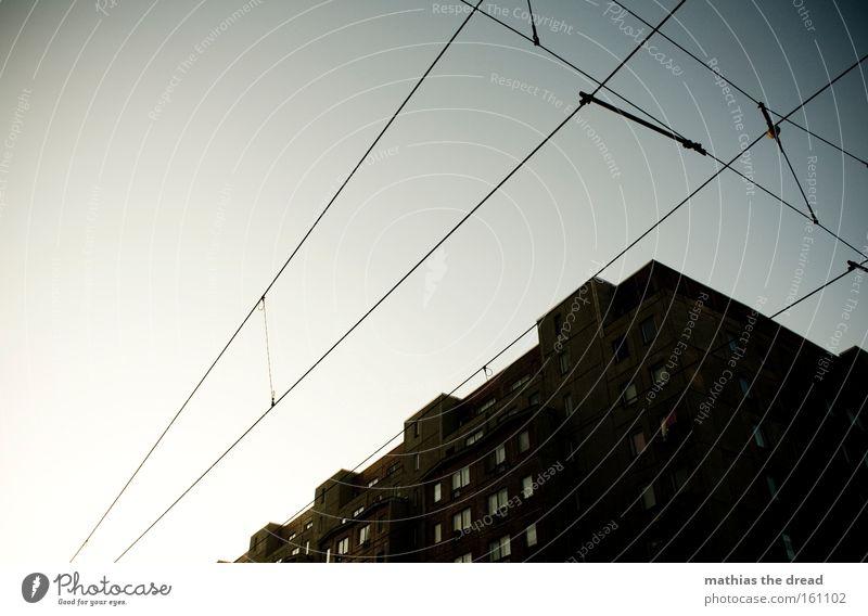 844 Gebäude Haus Architektur Kontrast Laterne Kabel Stahlkabel gespannt Straßenbahn Stadt blau schön Idylle Himmel Silhouette