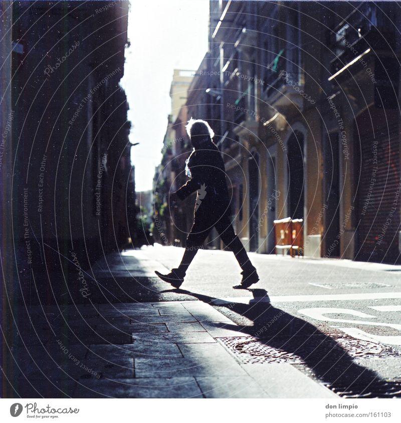 walker, johnie Mensch Stadt Haus Straße gehen analog Schönes Wetter Barcelona Spanien Mittelformat Viertel