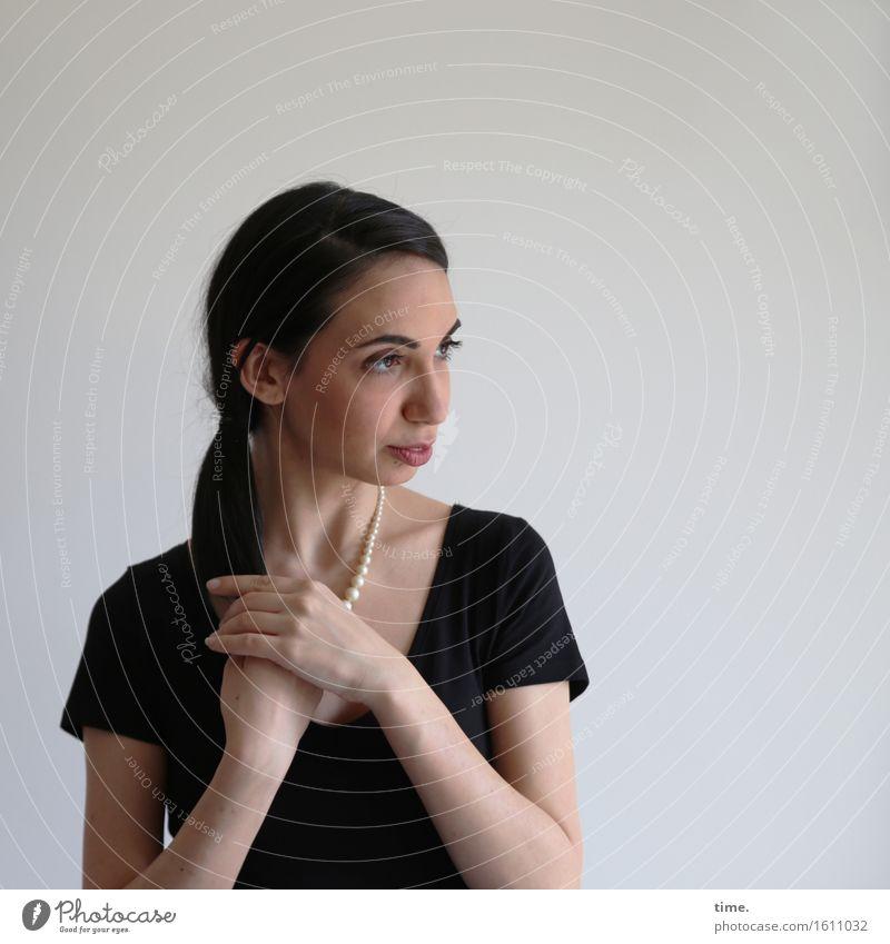 GizzyLovett feminin 1 Mensch T-Shirt Schmuck Halskette schwarzhaarig langhaarig Zopf beobachten Denken festhalten Blick warten schön Zufriedenheit selbstbewußt