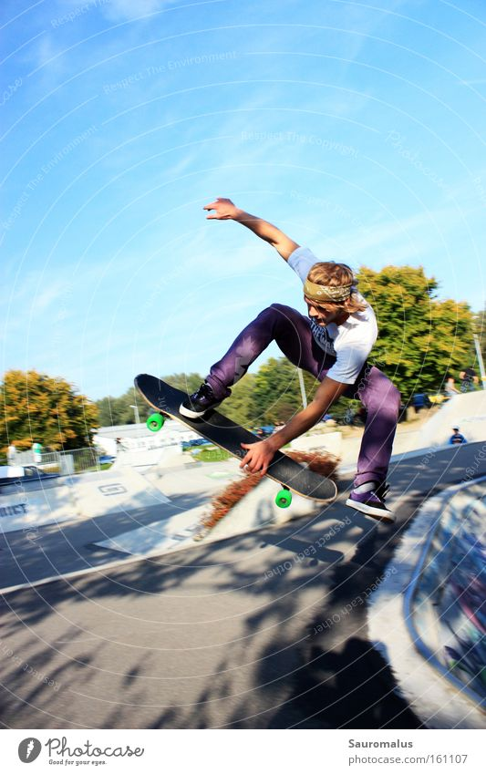 Skating Freude springen Aktion Schwimmbad Skateboarding Funsport Trick Jump Air