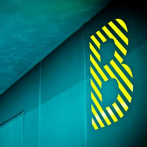 """dickes """"B"""" Buchstaben Typographie Lateinisches Alphabet blau gelb gestreift Großbuchstabe Berlin Bildung Schriftzeichen Baseballmütze capitals"""