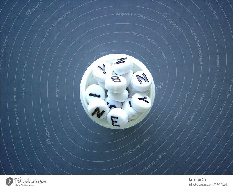 Empfohlene Dosis: mindestens 600 Worte pro Tag Buchstaben weiß grau Lateinisches Alphabet Sprache Zusammensein Verständnis Kommunizieren Schriftzeichen obskur