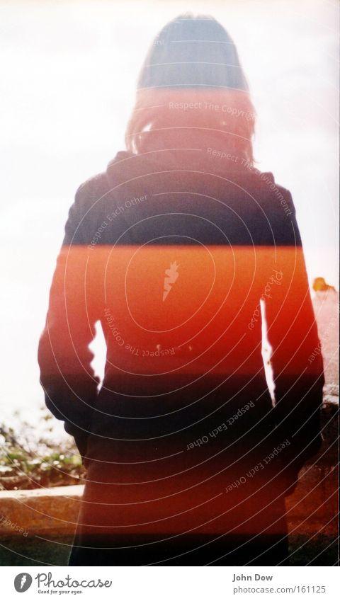 Datenerfassung / Identity Mensch feminin Junge Frau Jugendliche Jacke Mantel stehen träumen einzigartig Sehnsucht Fernweh Identität anonym Barcode Scanner