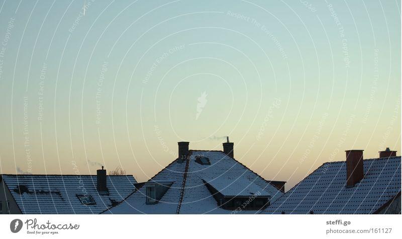 winter. Himmel Stadt blau ruhig Haus Winter dunkel kalt gelb Wärme natürlich Schnee Eis Häusliches Leben Dach Schutz