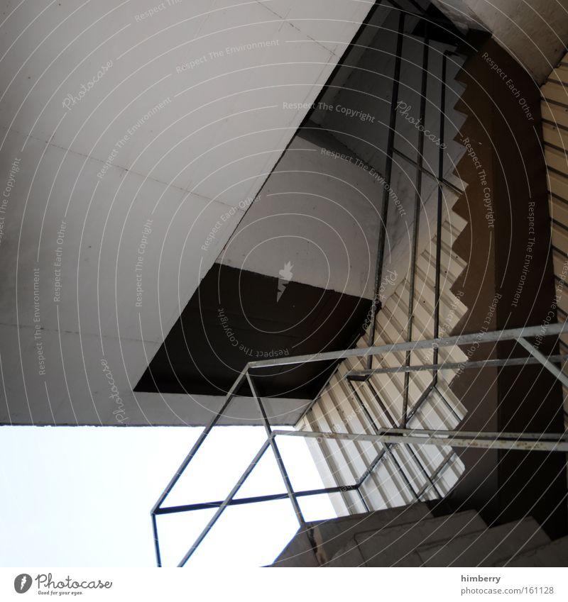 trepp auf trepp ab Treppe Architektur Gebäude Perspektive Geländer Treppengeländer aufsteigen Abstieg Beton Decke Baustelle Bauwerk Konstruktion Detailaufnahme