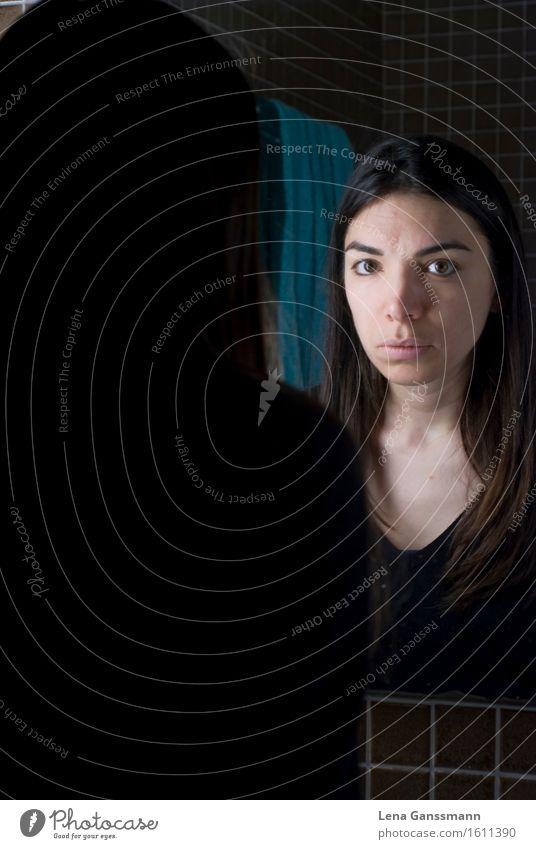 Frau guckt in einen Spielgel Mensch Jugendliche Junge Frau ruhig 18-30 Jahre Gesicht Erwachsene natürlich feminin braun Raum Häusliches Leben Perspektive warten