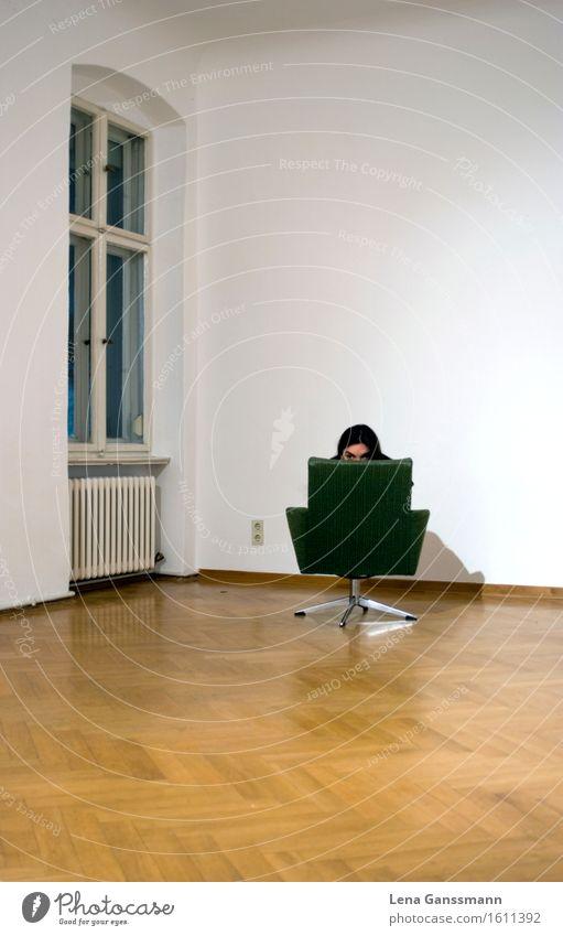 Ein ganz gutes Versteck Mensch Frau Jugendliche grün 18-30 Jahre Fenster Erwachsene Wand Traurigkeit feminin Mauer Wohnung Raum Angst warten gefährlich