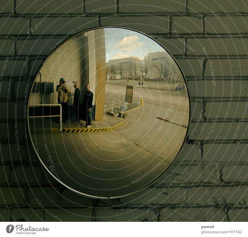 quadratur des kreises Mann Menschengruppe Mauer 3 rund Spiegel Quadrat Flughafen eckig Reflektor