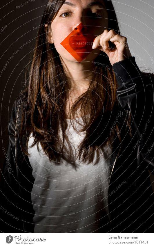 Vorhalte Lippenstift Haare & Frisuren Mensch feminin Junge Frau Jugendliche Erwachsene 1 18-30 Jahre T-Shirt brünett langhaarig Kunststoff Küssen Coolness