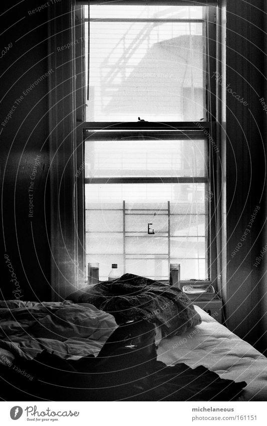 kriegsgräberfürsorge. Bett Fenster chaotisch schwarz weiß dunkel hell Morgen Abend Sonne Mond Fleck gefleckt Glück Schwarzweißfoto Möbel