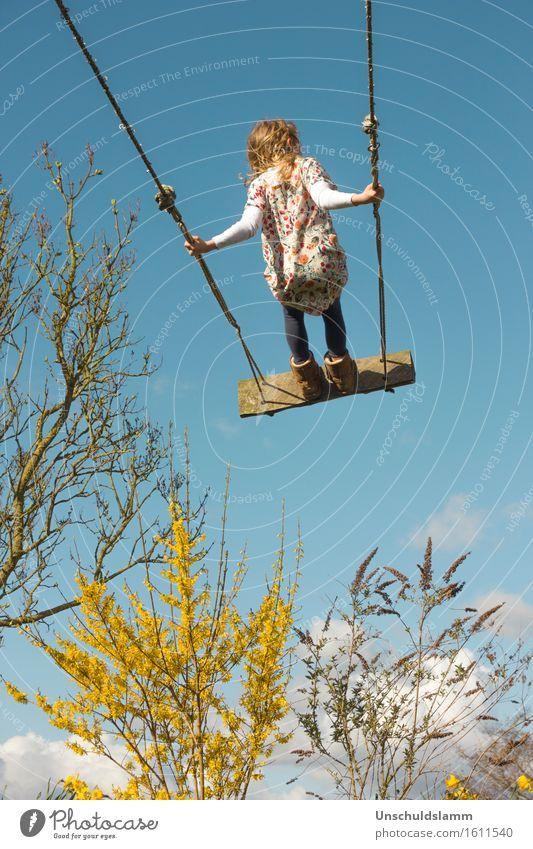 Himmelhoch Kind Wolken Freude Mädchen Ferne Leben Gefühle Frühling Bewegung Spielen Glück Garten Freizeit & Hobby Luft Kraft