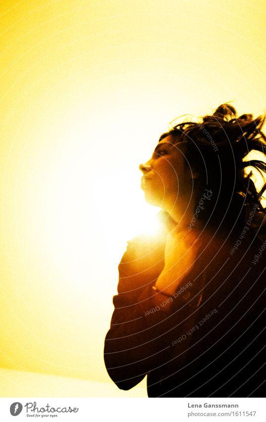 Gelbes Licht und Frau Feste & Feiern Mensch feminin Erwachsene 1 18-30 Jahre Jugendliche Musik hören Haare & Frisuren schwarzhaarig atmen rennen Bewegung