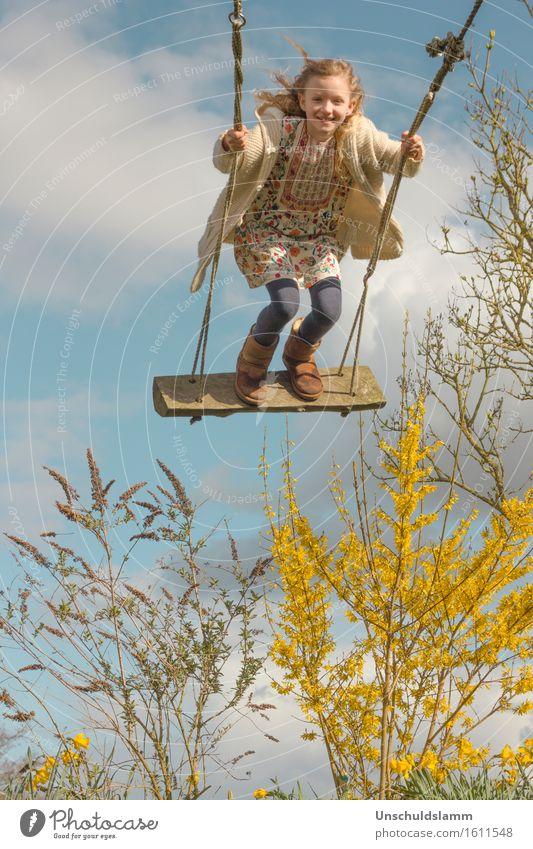 Es lebe der Frühling Freude Mensch Kind Mädchen Kindheit Leben 3-8 Jahre Natur Himmel Wolken Sonne Sträucher fliegen schaukeln Fröhlichkeit Glück hoch