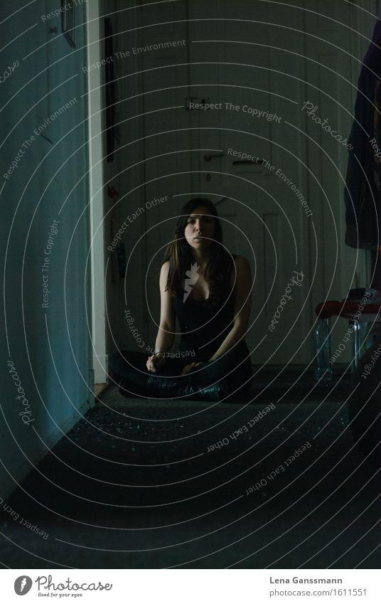 Frau sitzt im Flur Mensch Jugendliche Erholung Einsamkeit ruhig dunkel 18-30 Jahre Erwachsene feminin Stil Kunst Wohnung Häusliches Leben Tür elegant