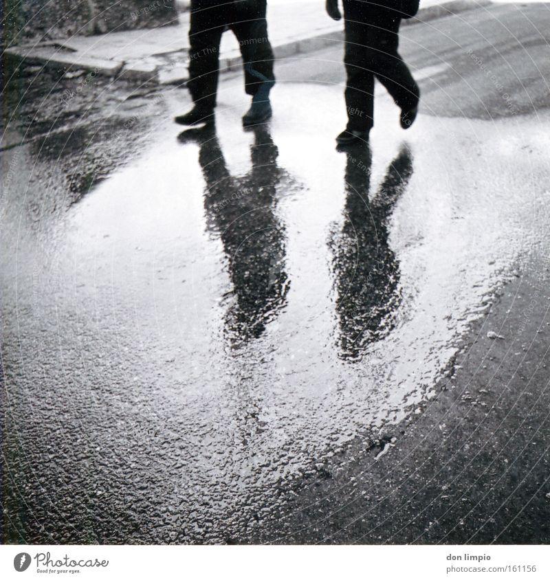 das andere fenster Mensch Straße Reflexion & Spiegelung Schwarzweißfoto Mittelformat Andorra gehen Beine analog nass Schatten 2 soldeu