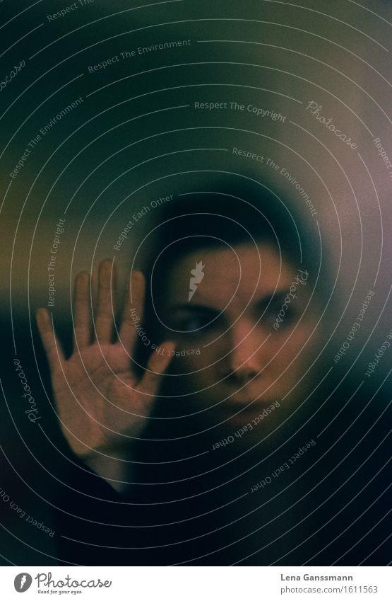 Angst Mensch feminin Junge Frau Jugendliche Erwachsene Gesicht Hand 1 18-30 Jahre schwarzhaarig brünett Glas berühren bedrohlich dunkel gruselig unten verrückt