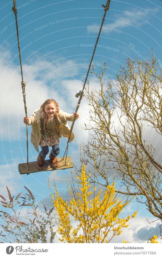 Frühlingsspaß Freizeit & Hobby Spielen Kinderspiel Garten Mensch Mädchen Kindheit Leben 3-8 Jahre Natur Schönes Wetter Wind Sträucher lachen schaukeln